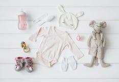 Satz Kleidung und Einzelteile für ein Baby stockbilder