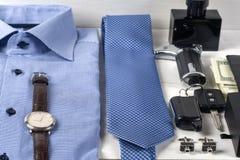 Satz Kleidung und Schuhe der Männer auf hölzernem Hintergrund Schwarze elegante Zubehörstücke lokalisiert auf weißem hölzernem t Lizenzfreie Stockfotografie