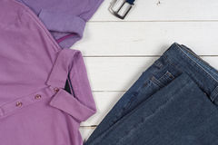 Satz Kleidung und Schuhe der Männer auf hölzernem Hintergrund Sport T-Shirt und Turnschuhe in den hellen Farben Beschneidungspfad Stockfotografie