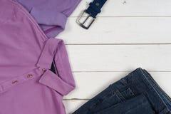 Satz Kleidung und Schuhe der Männer auf hölzernem Hintergrund Sport T-Shirt und Turnschuhe in den hellen Farben Beschneidungspfad Lizenzfreie Stockfotos
