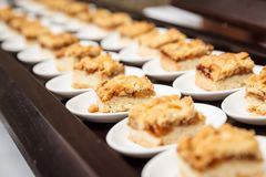 Satz kleine köstliche Apfelkuchen diente in einem Buffet für Berühmtheit Lizenzfreie Stockfotos