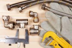 Satz Klempnerarbeit und Werkzeuge Stockfoto