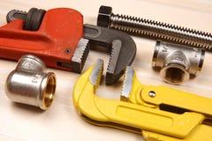 Satz Klempnerarbeit und Werkzeuge Stockfotos