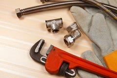 Satz Klempnerarbeit und Werkzeuge auf dem Tisch Stockfotos