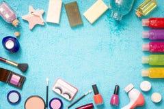 Satz Kosmetik auf blauem Tuchzusammenfassungshintergrund Stockfotos