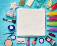 Satz Kosmetik auf blauem Tuchzusammenfassungshintergrund Stockbilder
