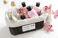 Satz Kosmetik für Körperpflege in einem Weidenkorb auf einer weißen Tabelle Stockbilder