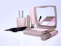 Satz kosmetische Produkte auf hellblauem Hintergrund Lizenzfreie Stockbilder