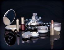 Satz kosmetische Produkte auf schwarzem Hintergrund Stockbild