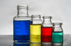 Satz Laborflaschen mit Flüssigkeit stockfotos