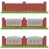 Satz Landsitz- oder Gartenziegelsteinzäune verziert mit Eisengrill Stockbild