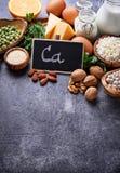 Satz Lebensmittel, das im Kalzium reich ist stockfotografie