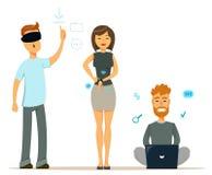 Satz Leute mit modernen Geräten Mann in den Gläsern der virtuellen Realität Nette Frau mit intelligenter Uhr Mann, der auf dem Fu Stockfoto