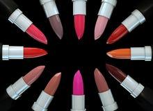 Satz Lippenstifte in einem Kreis lokalisiert auf Schwarzem Illustration 3d des Lippenstifts Stockbilder
