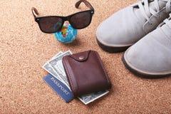 Satz Männer ` s Zubehör für den Touristen auf einem weißen hölzernen Hintergrund Das Konzept der Mode, der Freizeit und der Reise Lizenzfreie Stockfotos
