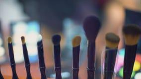 Satz Make-up bürstet Nahaufnahme, Modeschaubühne hinter dem vorhang, Kosmetikindustrie stock video