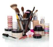 Satz Make-upbürsten: Lidschatten, erröten, die Grundlage, Nagellack und Creme, die auf Weiß lokalisiert werden Lizenzfreie Stockbilder