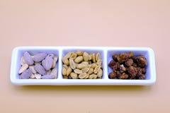 Satz Mandeln und Erdnüsse in einer Schüssel Stockbild