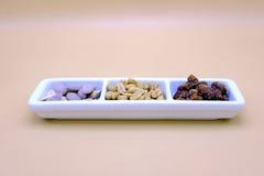 Satz Mandeln und Erdnüsse in einer Schüssel Stockbilder