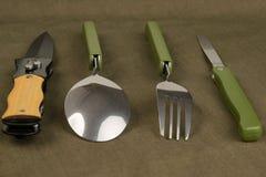 Satz marschierende Instrumente auf dem Tisch dunkelgrün Lizenzfreies Stockfoto