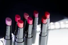 Satz Mattlippenstift in den roten und natürlichen Farben auf weißem schwarzem Hintergrund Mode-bunte Lippenstifte Berufsmake-up B Stockbild