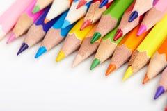 Satz mehrfarbige Bleistifte, die auf weißer Tabelle liegen Lizenzfreie Stockbilder