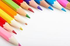 Satz mehrfarbige Bleistifte, die auf weißer Tabelle liegen Lizenzfreies Stockbild