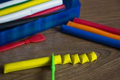 Satz mehrfarbige Plasticinestangen f?r das Modellieren auf Holztisch Draufsicht-, Ableitungs- und Kreativit?tskonzept lizenzfreies stockfoto