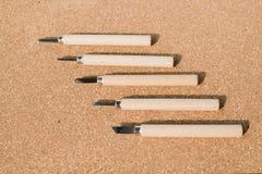 Satz Meißel für Holz auf Korkenbrett Stockbilder