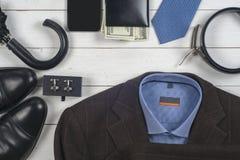 Satz men& x27; s-Kleidung und -schuhe auf hölzernem Hintergrund Lizenzfreies Stockbild