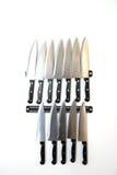 Satz Messer hängen an einer Küchenwand Lizenzfreie Stockfotografie