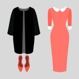Satz modische Kleidung der Frauen Ausstattung des Frauenmantels, -kleides und -pumpe Die Garderobe der Frauen Stockfotos