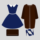 Satz modische Kleidung der Frauen Ausstattung des Frauenmantels, -kleides und -Zubehörs Lizenzfreies Stockfoto