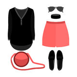 Satz modische Kleidung der Frauen Ausstattung von Frauenkurzen hosen, Hemd und Stockfoto
