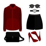 Satz modische Kleidung der Frauen Ausstattung von Frauenkurzen hosen, Hemd und Stockbilder
