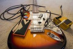 Satz Musikgegenstände auf E-Gitarre Lizenzfreie Stockfotos