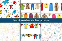 Satz nahtlose Muster des Vektors mit Kleidung Stockfotografie