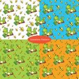Satz nahtlose Muster mit mit einem grünen Frosch liegt auf dem colo Lizenzfreie Stockfotos
