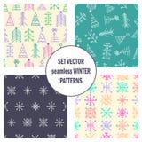 Satz nahtlose Vektormuster mit Tannenbäumen, Schneeflocken Saisonwinterhintergrund mit nette Hand gezeichnetem Tannenbäume Grafik Stockfoto