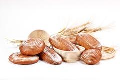 Satz natürliches Brot mit Weizen auf weißem Hintergrund Stockbilder