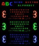 Satz Neonalphabet und Zahlen auf einem schwarzen Hintergrund Rote, blaue, grüne Neonsteigung Auch im corel abgehobenen Betrag Lizenzfreies Stockbild