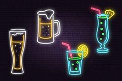 Satz Neonbier und Cocktail unterzeichnen auf Backsteinmauerhintergrund stock abbildung
