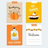 Satz nette Hand gezeichnete Danksagungskarten Herbst, Falldesign mit Kürbis, Kürbiskuchen, Eiche, Ahornblätter und Eicheln Vektor stock abbildung