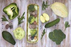 Satz Obst und Gemüse auf Weiß malte hölzernen Hintergrund: Kohlrabi, Gurke, Apfel, Pfeffer, Kohl, Brokkoli, Avocado, ru Lizenzfreies Stockbild