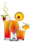 Satz orange Cocktails mit Dekoration von den Früchten und von buntem Stroh lokalisiert auf weißem Hintergrund Stockfotos