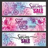 Satz Poster Frühlingsverkäufe, Satz Ikonen und Symbole mit Fahrrad auf einem Aquarellhintergrund, Blumen, Fliegerschablonen Lizenzfreie Stockbilder