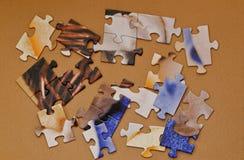Satz Puzzlespiele auf hölzernem Hintergrund stockfoto