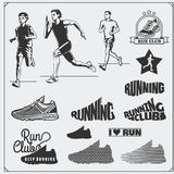 Satz Rütteln und Laufsportvereinaufkleber, Embleme, Ausweise und Gestaltungselemente Laufschuhikonen und Schattenbilder von Läufe Stockfotografie