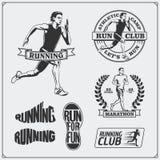 Satz Rütteln und Laufsportvereinaufkleber, Embleme, Ausweise und Gestaltungselemente Laufschuhikonen und Schattenbilder von Läufe Lizenzfreie Stockfotografie
