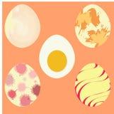Satz realistische Eier auf Hintergrund Lizenzfreie Stockfotos
